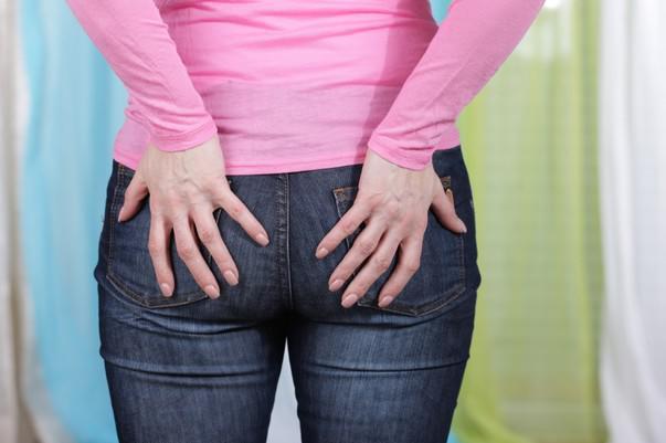 Задние карманы джинсов