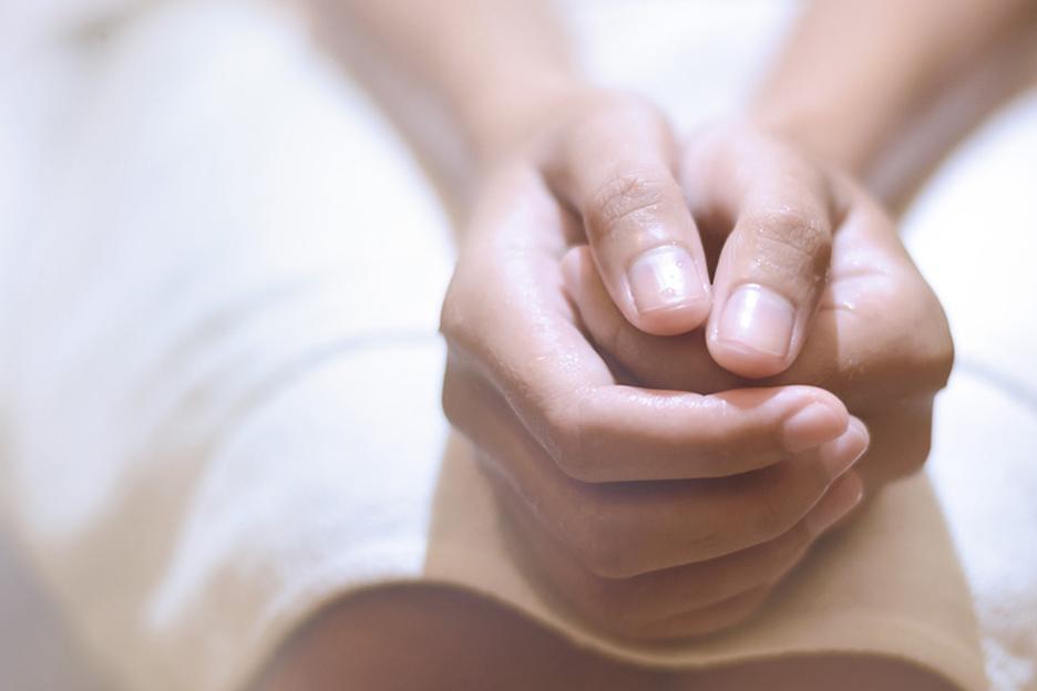 Сложенные руки на коленях
