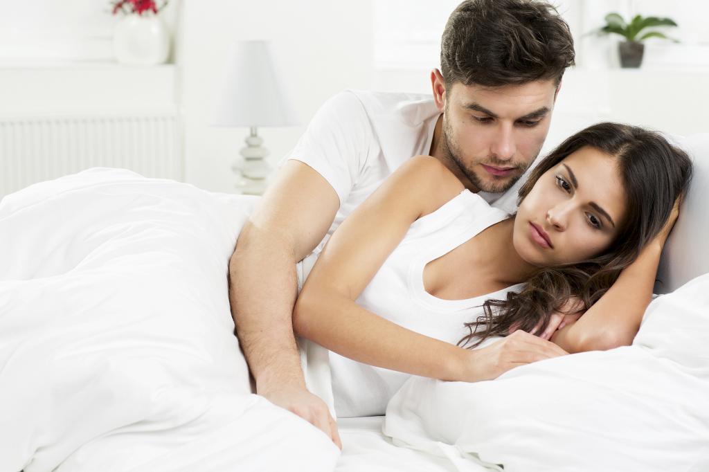 Парень с девушкой лежат в кровати
