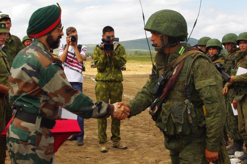 Командир индийской и российской армии.