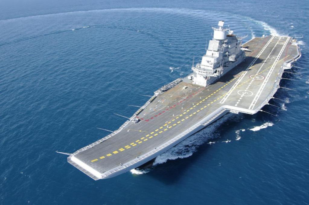 Индийский военный крейсер.