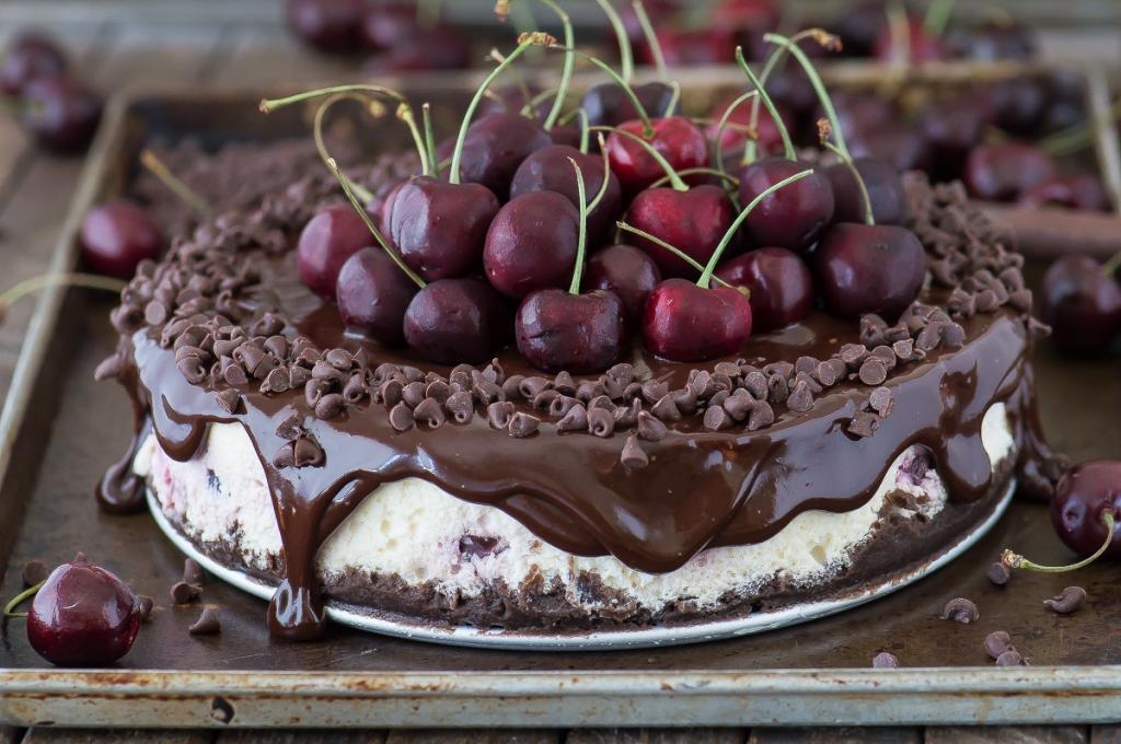 Чизкейк с шоколадом и вишней