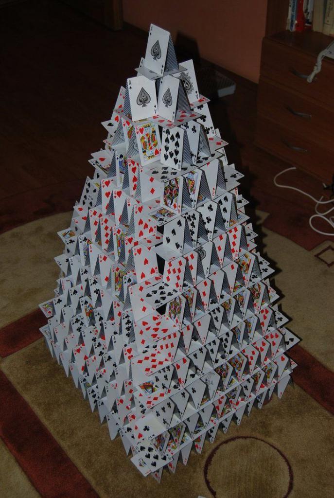 карточный домик как построить фото хвост может указывать