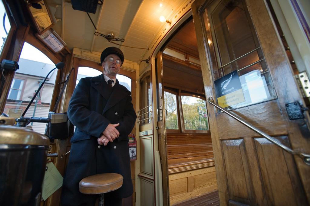Водитель трамвая в кабине