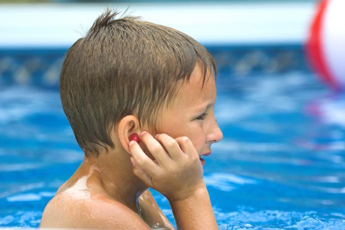 Из уха течет желтая жидкость у ребенка: как лечить?