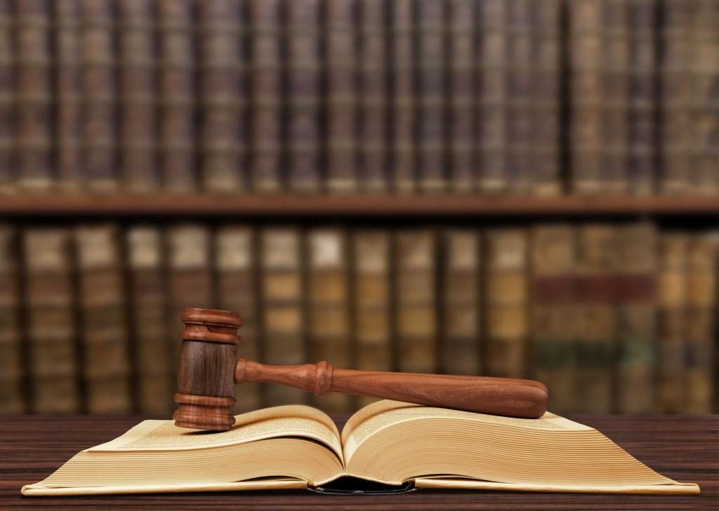 книга и судейский молоток