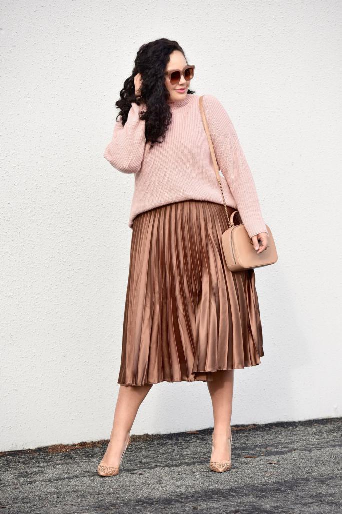 Полная девушка в коричневой атласной юбке