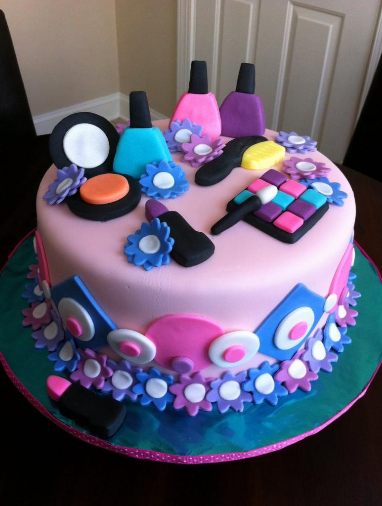 Торт с украшениями в виде косметики