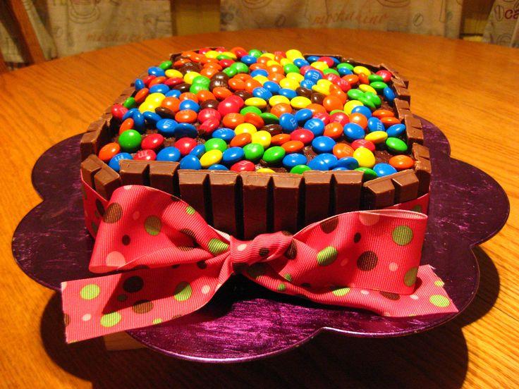 торт украшенный популярными сладостями