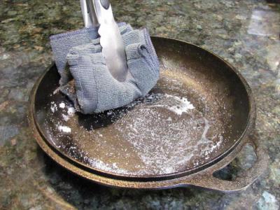 как почистить чугунную сковороду от гари