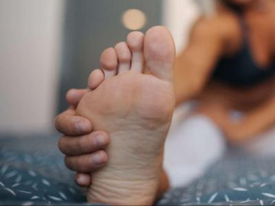 Черные точки на пятках и ступнях ног: причины появления и методы избавления