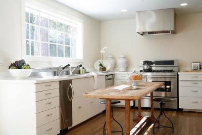 современный дизайн кухни без верхних шкафов различные модели и фото