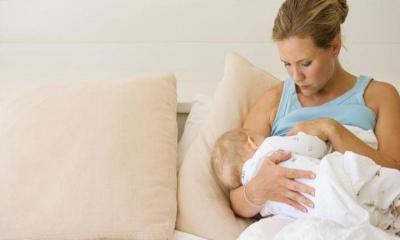 Новорожденный лениво сосет грудь