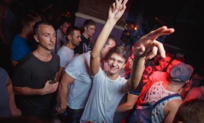 Парни геи за барной стойкой