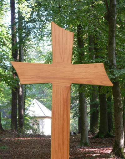 как выбрать и установить деревянный крест на могилу