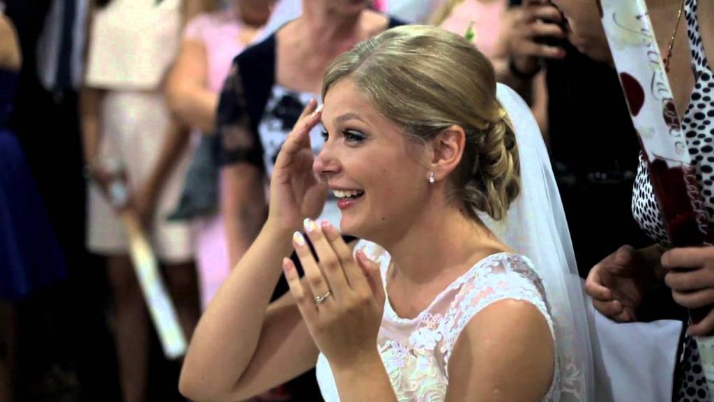 Танец молодых закончился неожиданно: невесту попросили присесть