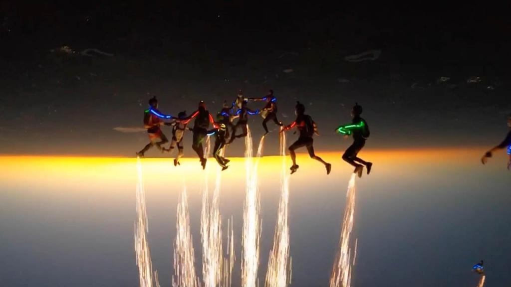 """Група воздушных дайверов """"зажгла"""" ночное небо необычайным световым и пиротехническим шоу (видео)"""