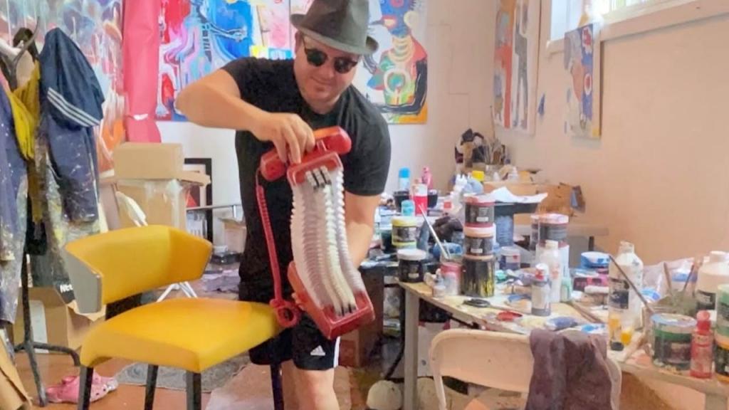 Талантливый художник создает необычные бумажные скульптуры: они как будто резиновые (видео)